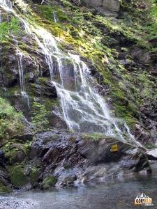 Boczny wodospad Moosdusche w Mauthner Klamm