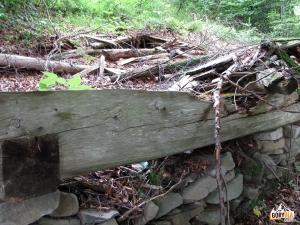 Pozostałości bacówki na polanie Pod Magurki