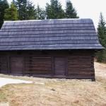 Wyremontowana bacówka na polanie Podskały