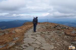 Widok spod szczytu Babiej Góry 1725 m na Policę 1369 m i Gorce