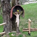 Przydrożny krzyż z wyciętą z blachy postacią Chrystusa – typowy dla kultury Łemków