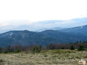 Wielki Wierch 1007 m i Kiczora Kamieniecka 1007 m, w głębi Lubań 1225 m - widziane z polany Skalne pod Jasieniem 1062 m
