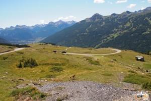 Widok spod przełęczy Col du Granon na dolinę Serre Chevalier i Briançon