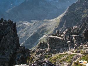Charakterystyczna półka skalna na tle Doliny 5 Stawów Spiskich