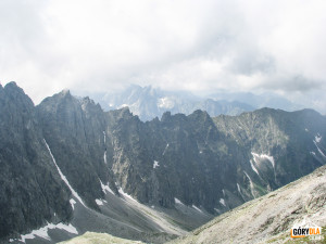 Widok z Lodowej Przełęczy (słow. Sedielko) 2372 m n.p.m. na Dolinę Jaworową