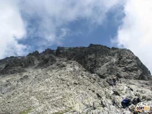 Widok z Lodowej Przełęczy na grań w kierunku Lodowego Szczytu (słow. Ľadový štít, 2627 m n.p.m. )