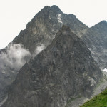 Pośrednia Grań (słow. Prostredný hrot, 2441 m n.p.m.) i Żóła Ściana (słow. Žltá stena, 2169 m n.p.m.),