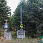 Krzyż poświęcony Janowi Pawłowi II i ołtarz polowy na Polanie Widny Zrąbek