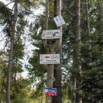 """Skrzyżowanie szlaków rowerowych obok chatki Koła Łowieckiego """"Hubertus"""""""