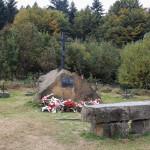 Kamienny obelisk z krzyżem i pamiątkową tablicą na Suchej Polanie