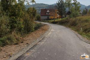 Koniec niebieskiego szlaku. Asfaltowa droga dochodzi do głównej drogi nr 28