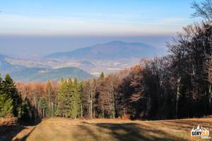 """Widok na pasmo Lubomira i Łysiny z górnej stacji wyciągu narciarskiego """"Śnieżnica"""""""