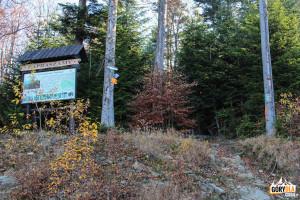 """Tablice informacyjne przy górnej stacji wyciągu narciarskiego """"Śnieżnica"""""""