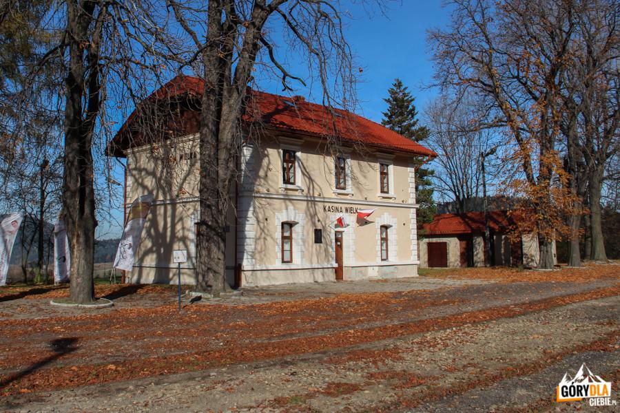 Budynek dworca kolejowego wKasinie Wielkiej
