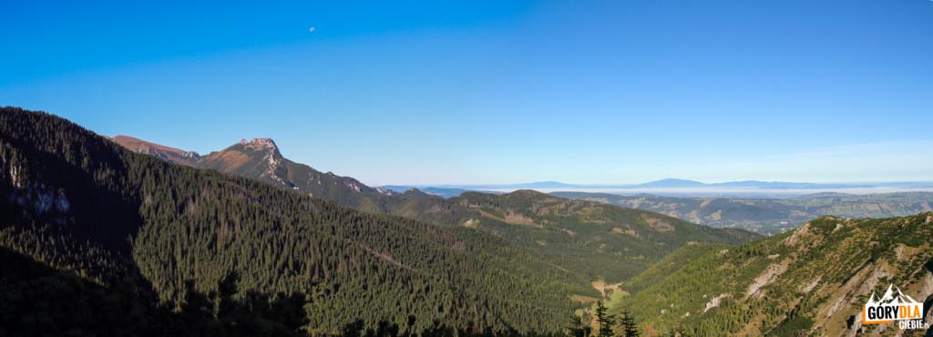 Widok zPrzełęczy między Kopami naDolinkę Jaworzynka. Polewej Kopa Kondracka iGiewont, ana horyzoncie Pilsko, Babia Góra iPolica