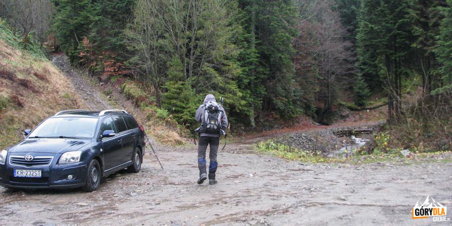Półrzeczki - nakońcu drogi, przedszlabanem można zaparkować lub zawrócić