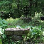 Podstawa chrzcielnicy i metalowe krzyże na ruinach cerkwi w Beniowej