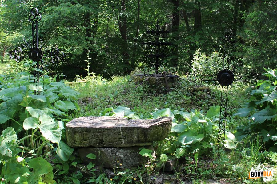 Cmentarz wBeniowej - kamienna płyta wkształcie łodzi, naktórej wyryty jest rysunek ryby – znak pierwszych chrześcijan