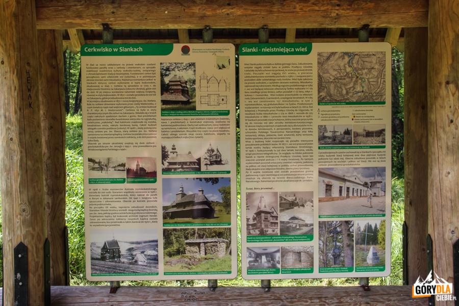 Tablica informacyjna onieistniejącej wsi Sianki