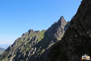 Od lewej postrzępione Apostoły i strzelisty Żabi Mnich (2146 m)