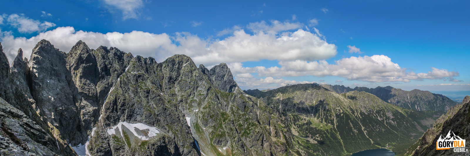 Widok zdrogi naRysy. Odlewej Żabi Koń (2291 m), Żabia Turnia (2335 m), Wołowa Turnia (2373), Hińczowa Turnia (2377 m), Mięguszowieckie Szczyty, dalej Miedziane (2233 m) iOpalone (2115 m).
