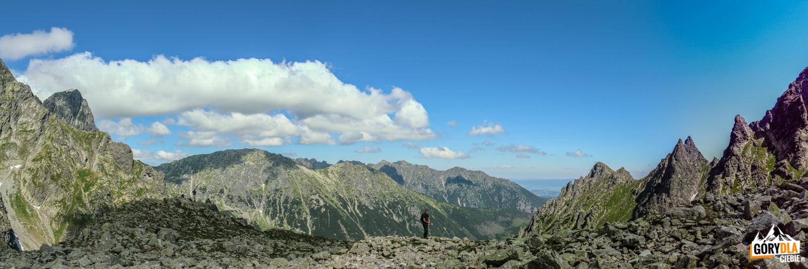Widok zBuli podRysami (2054 m). Odlewej Mięguszowiecki Szczyt Wielki (2438 m), podnim Kazalnica (2159 m), nawprost Miedziane (2233 m) iOpalone (2115 m), apo prawej postrzępione Apostoły istrzelisty Zabi Mnich (2146 m).
