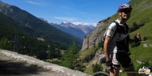 Droga na przełęcz Sommeiller powyżej jeziora Rochemolles