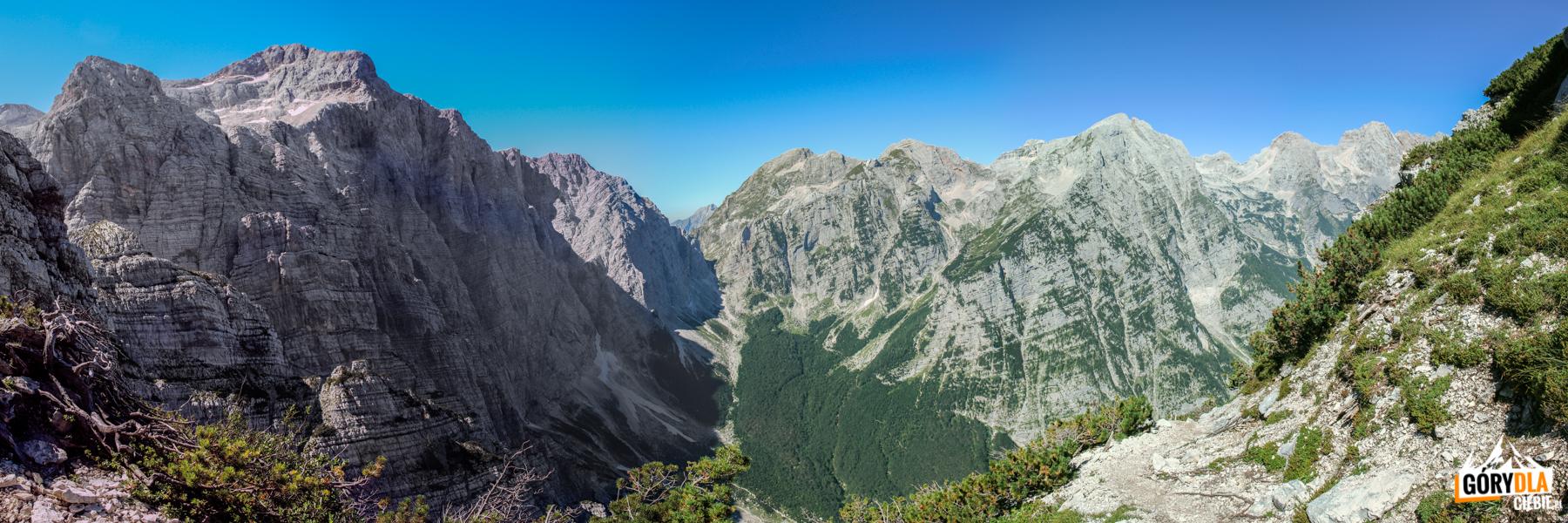 Panorama naścianę Triglavu iotoczenie górnej części Doliny Vrata