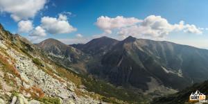 Widok z grani pod Niżną Magurą na Starorobociański Wierch (2167 m), Błyszcz (2159 m), Bystrą (2248 m) i Zadnią Kopę (Nižná Bystrá)