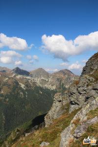 Widok spod szczytu Pośredniej Magury na Rohacze – Płaczliwy (2125 m) i Ostry (2088 m) i Wołowiec (2064 m)