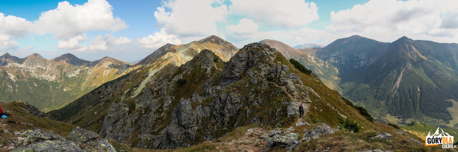 Panorama zeszczytu Pośredniej Magury (2050 m) naWyżnią Magurę (2095 m) iRaczkową Czubę (2194 m), polewej Rohacze – Płaczliwy (2125 m) iOstry (2088 m), Wołowiec (2064 m) iŁopata (1958 m), apo prawej Starorobociański Wierch (2167 m), Błyszcz (2159 m), Bystra (2248 m) iZadnia Kopa (2162 m)