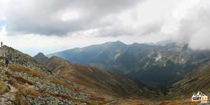 Widok z grani pod Raczkową Czubą 2194 m) w głąb Doliny Jamnickiej