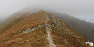 Zakryta chmurami grań przed Jarząbczym Wierchem (2137 m)