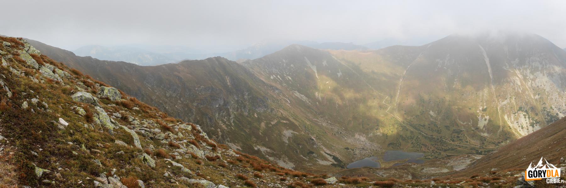 Widok zgrani podJarząbczym Wierchem (2137 m) naZadnią Raczkową Dolinę