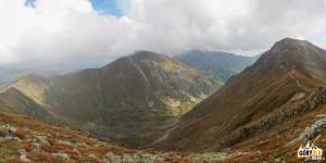 Widok z Jarząbczego Wierchu (2137 m) na Zadnią Raczkową Dolinę