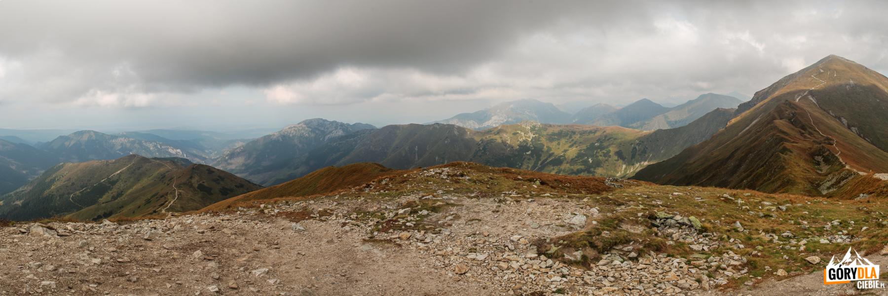 Widok zKończystego Wierchu (2002 m): odlewej Trzydniowiański Wierch (1785 m), Kominiarski Wierch (1829 m), Ornak (1854 m), Siwa Przełęcz (1812 m) iStarorobociański Wierch (2175 m) naoStarorobociańska Przełęcz (słow. Račkovo sedlo)