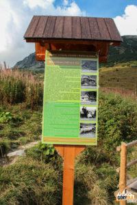 Tablica informacyjna przy szałasie pasterskim - tzw. Koliba pod Klinem (słow. Príbylinský salaš)