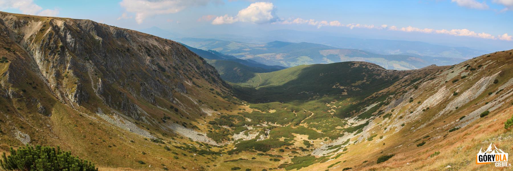 Dolina Bobrowiecka widziana zPrzełęczy Salatyńskiej (1870 m)