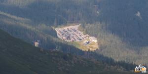 Parking pod kolejką i nasze auto widziane spod Spalonej Kopy (2083 m)