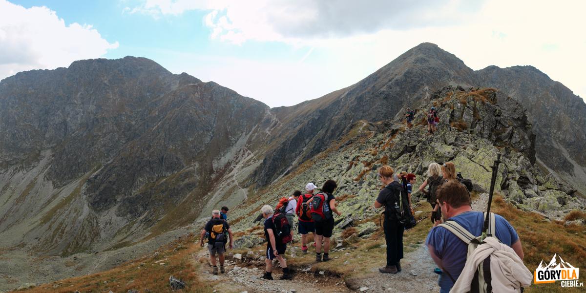 Spalona Przełęcz (2055 m) - wlewo zbiega nieznakowana scieżka omijająca Pahoł (2167 m)