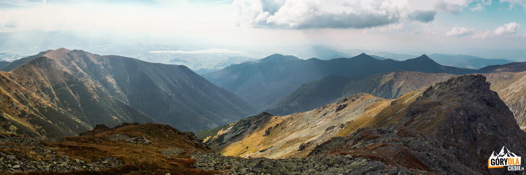 Widok zeszczytu Pahoła (2167 m) naDolinę Parichvost