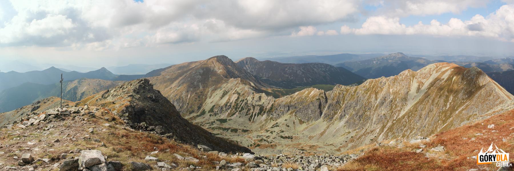 Widok zeszczytu Pahoła (2167 m) naotoczenie Głębokiej Doliny, Spaloną Kopę (2083 m), Szczyty Salatyna (2048 i2046 m) iBrestową (1934 m)