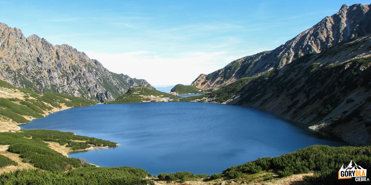 Dolina Pięciu Stawów Polskich - stawy Wielki iPrzedni widziane zdrogi naSzpiglasową Przełęcz
