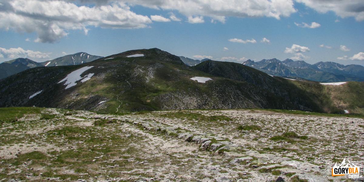 Widok zeszczytu Małołączniaka (2096 m) naKrzesanicę (2122 m)