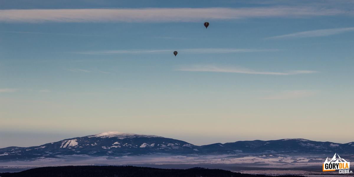 Widok zSarniej Skały (1377 m) naBabią Górę, anad nami balony