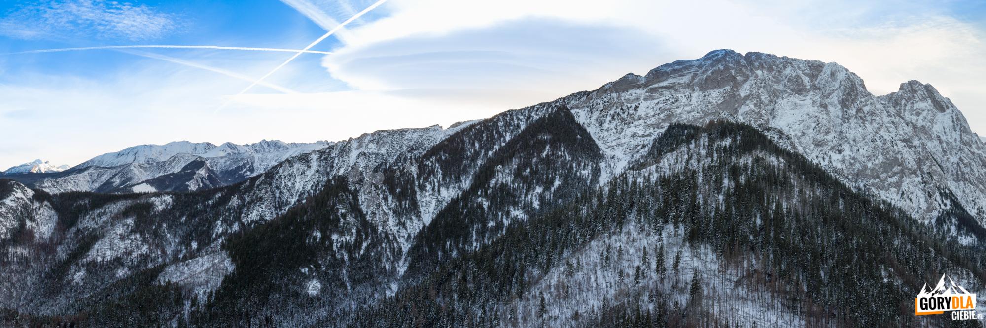 Widok zSarniej Skały (1377 m) naściany Giewontu