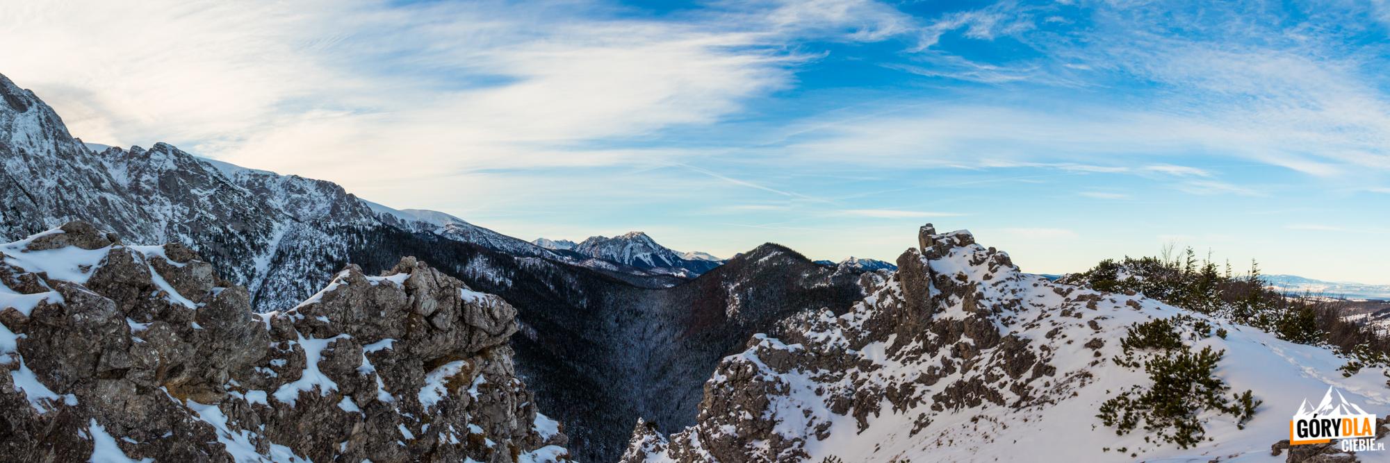 Widok zSarniej Skały (1377 m) naŁysanki (1447 m), adalej odległy Kominiarski Wierch
