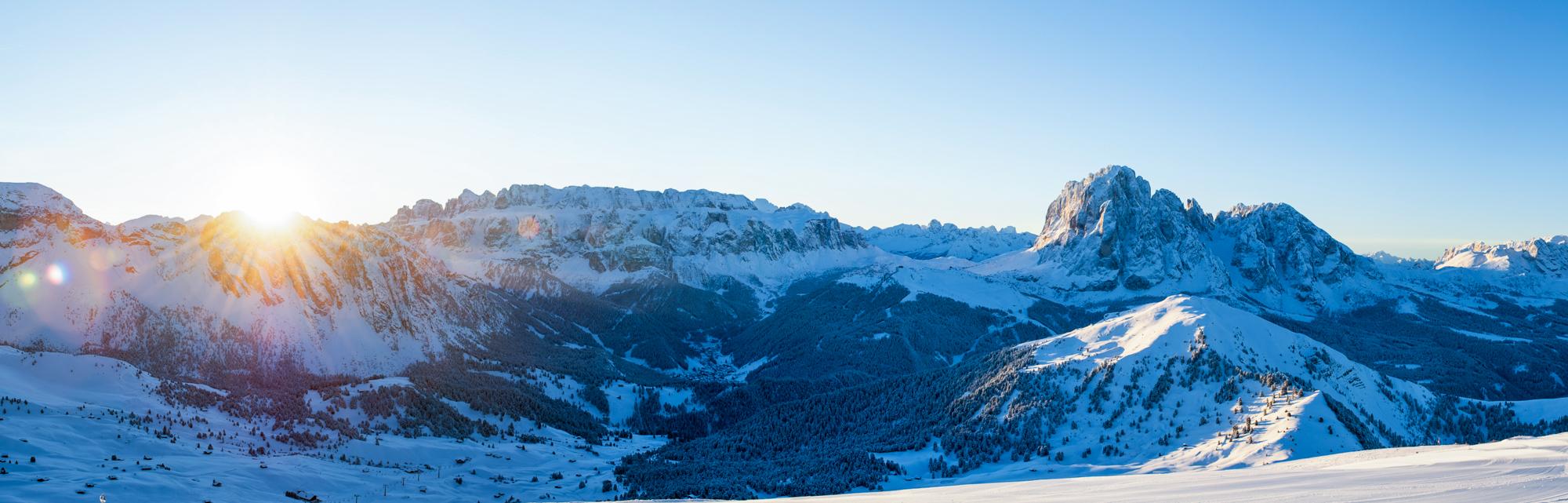 Panorama Val Gardeny - nawprost masyw Selli, poprawej Sassolungo