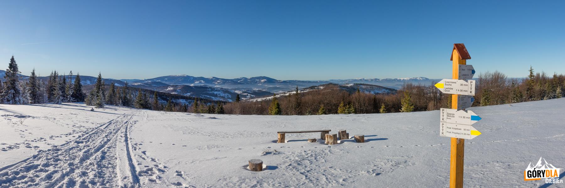 Panorama zeszczytu Jałowca (1111 m) - odlewej Mędralowa (1169 m), Pilsko (1557 m), Rysianka (1322 m), Romanka (1366 m) idalej Barania Góra (1220 m), Malinowska Skała (1152 m) iSkrzyczne (1257 m)