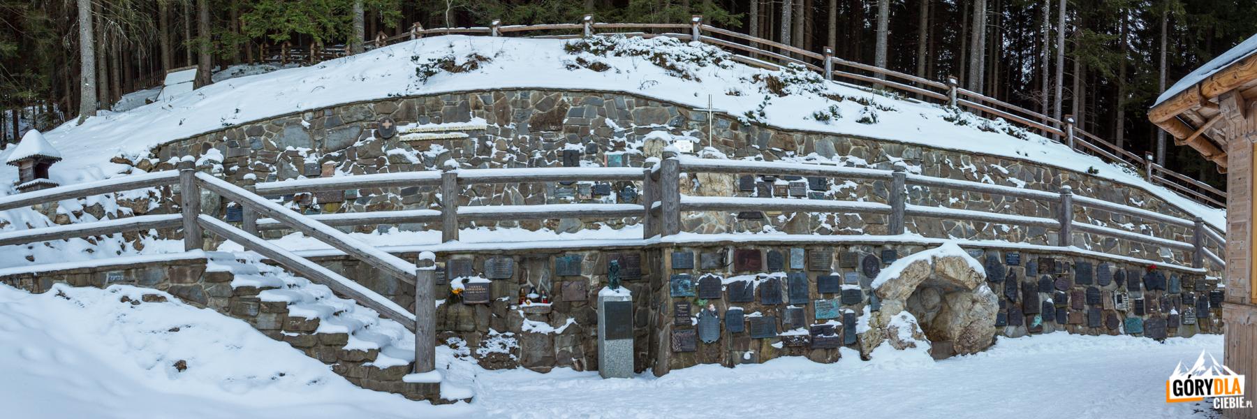 Wiktorówki - tablice pamiątkowe poświęcone taternikom, ratownikom górskim iinnym, którzyzginęły wgórach
